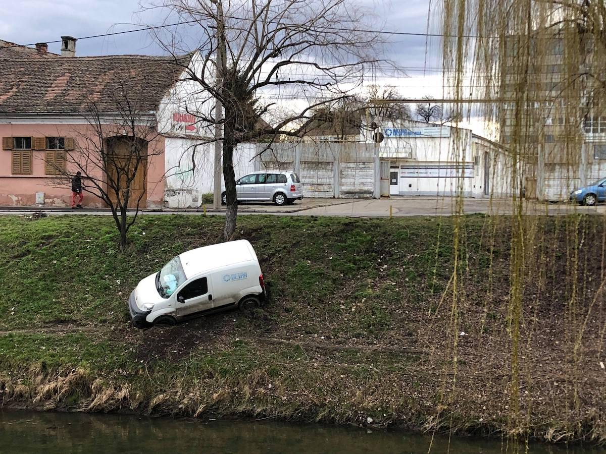 FOTO - Mașină oprită la limită, pe malul Cibinului. Șoferul era beat