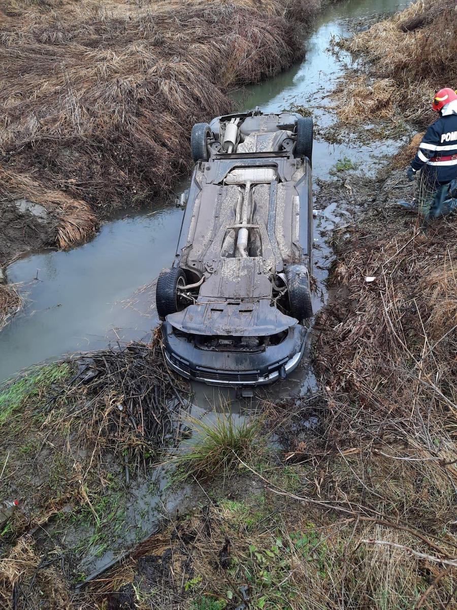 O mașină cu trei persoane la bord a căzut într-un pârâu, la Bârghiș. Șoferul conducea cu viteză