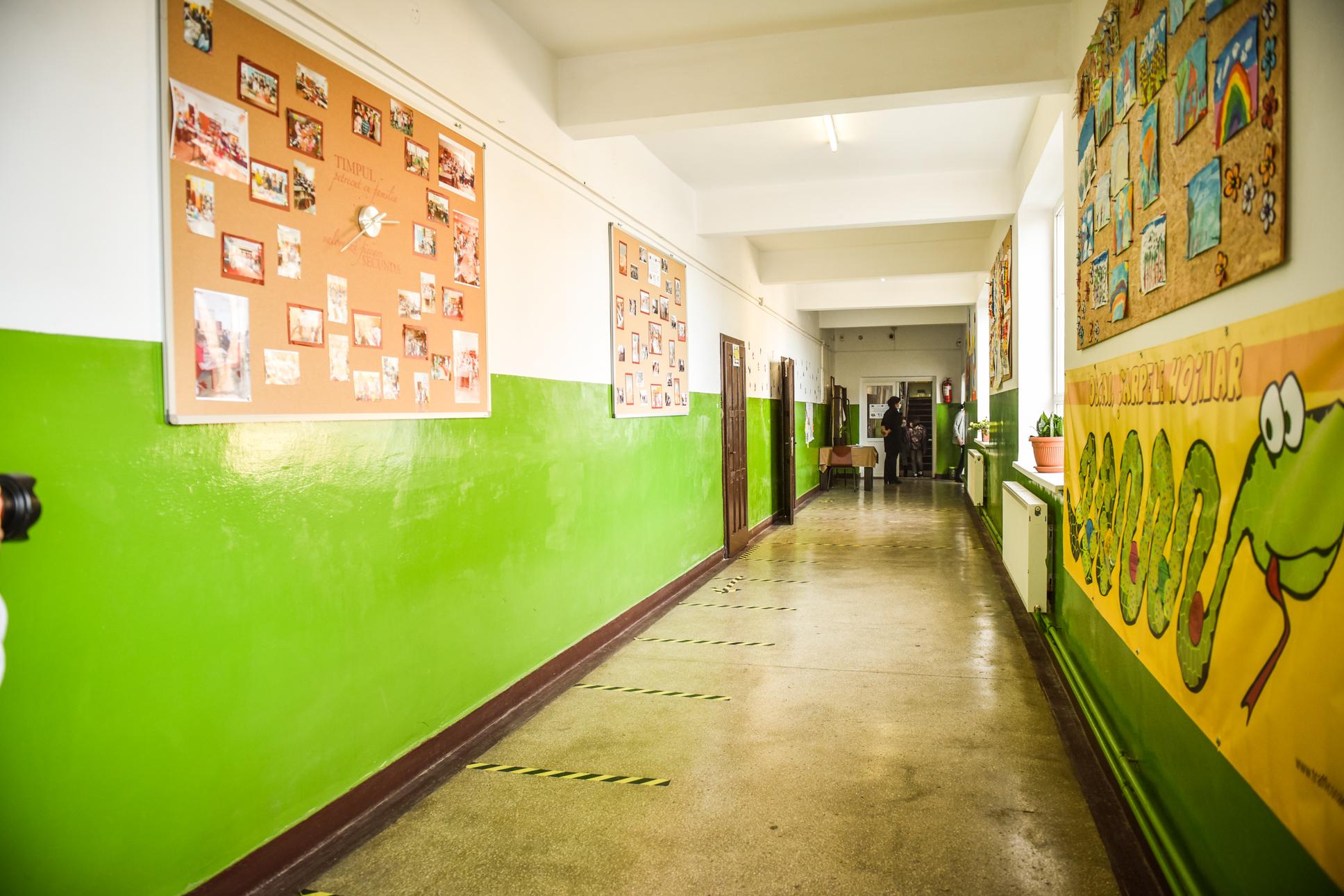 Două școli din Sibiu își schimbă de mâine scenariul
