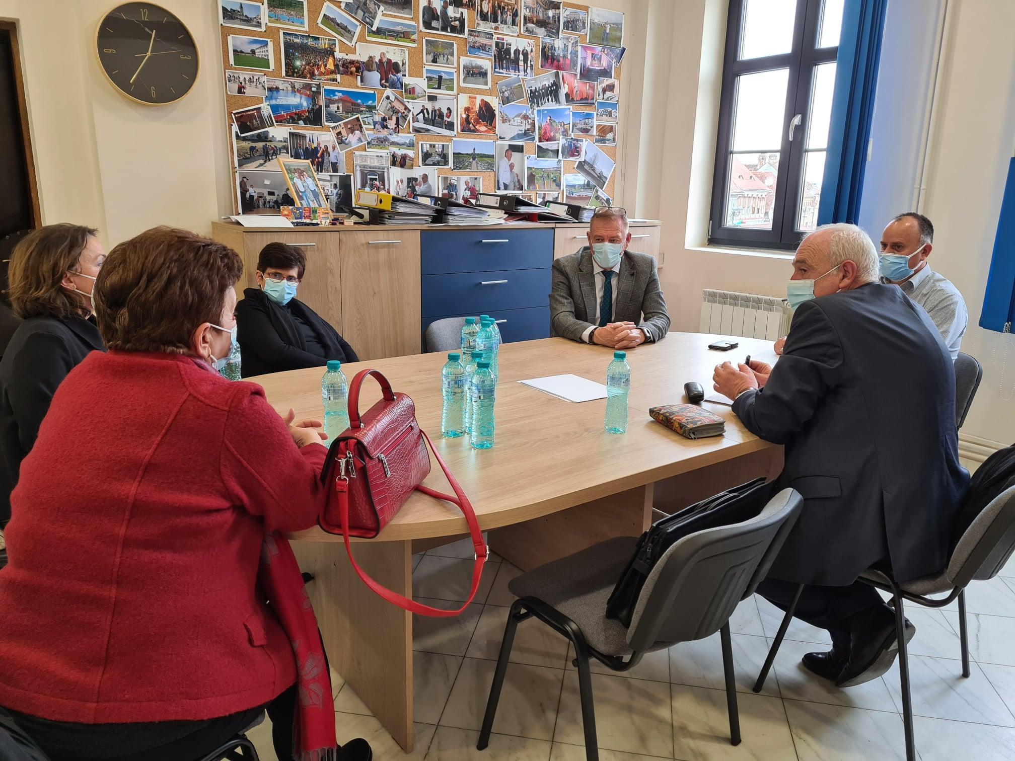 Primăria Cisnădie asigură materialele sanitare pentru protecția preșcolarilor și școlarilor și transportul copiilor din Seviș la unitățile școlare