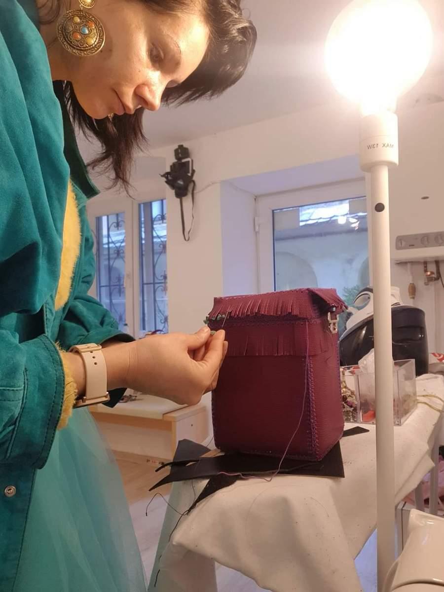O tânără deschide primul atelier din Sibiu unde totul se reciclează