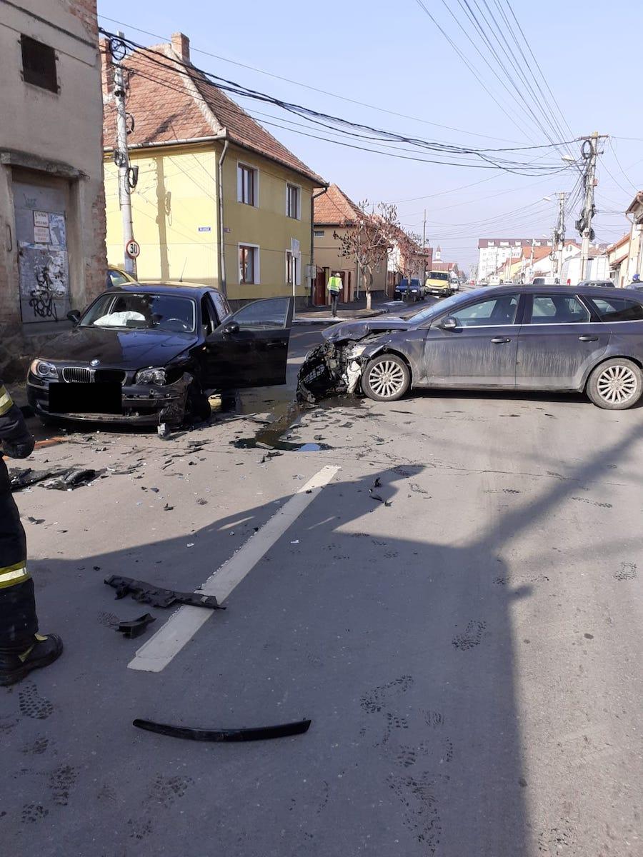 Coliziune între două mașini, în Țiglari. Un șofer a intrat în intersecție fără să acorde prioritate