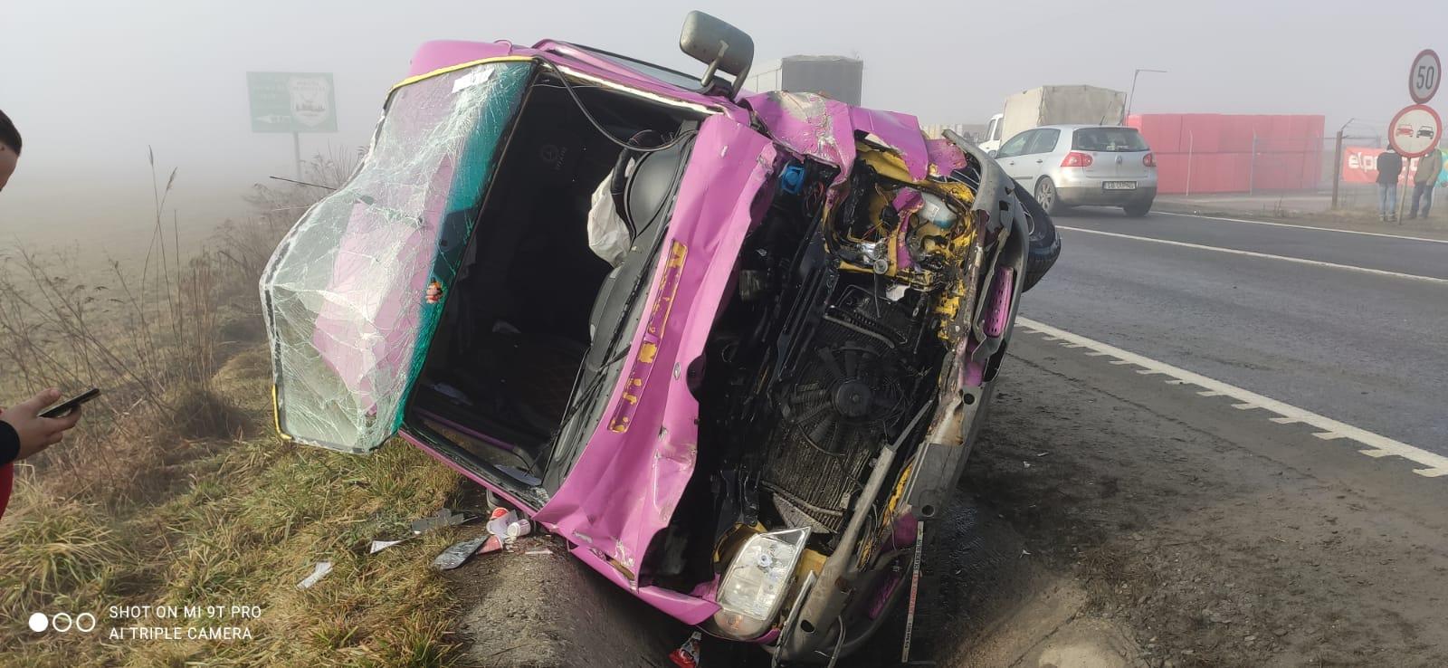 Accident cu un microbuz la ieșire din Avrig. Trei răniți, între care și o femeie însărcinată