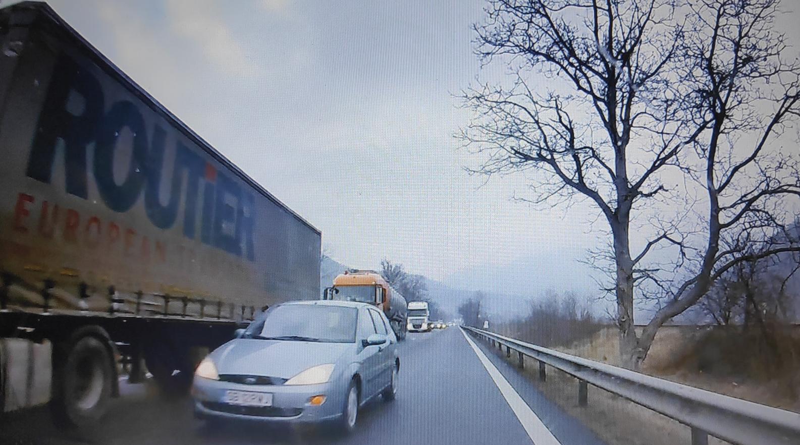 VIDEO-Șoferul unei mașini înmatriculate în Sibiu, aproape să provoace un accident frontal pe Valea Oltului