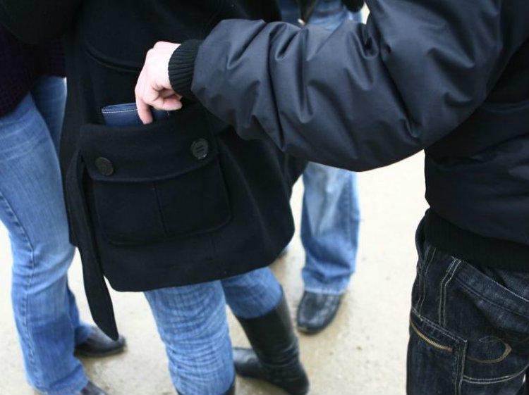 Patru bărbați au fost reținuți după ce au tâlhărit două persoane, pe stradă