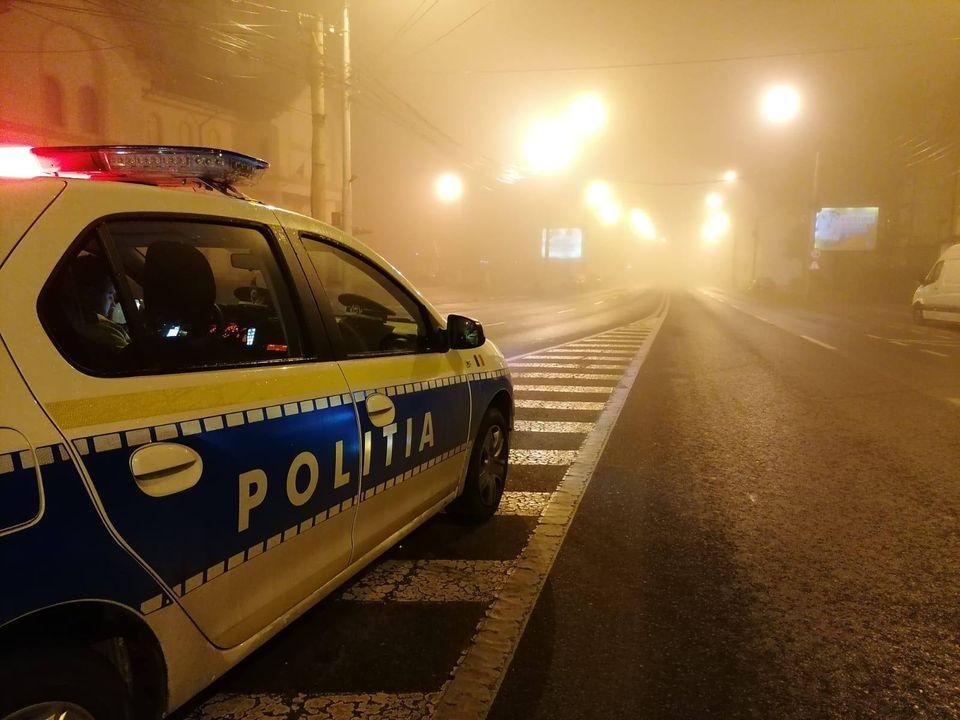 Fără permis, un bărbat a fugit de poliție și s-a oprit cu mașina într-un gard, la Mediaș