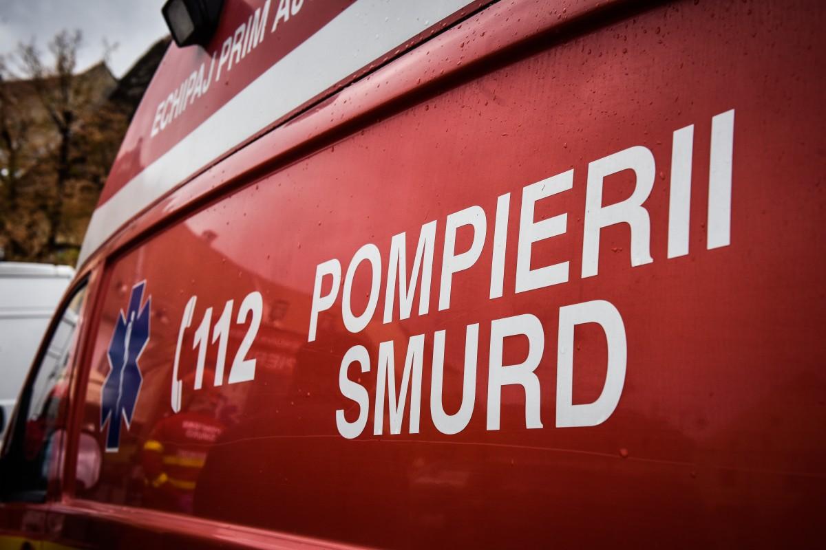 Acoperișul unei case de la ieșirea din municipiul Sibiu a luat foc. O persoană a primit îngrijiri medicale