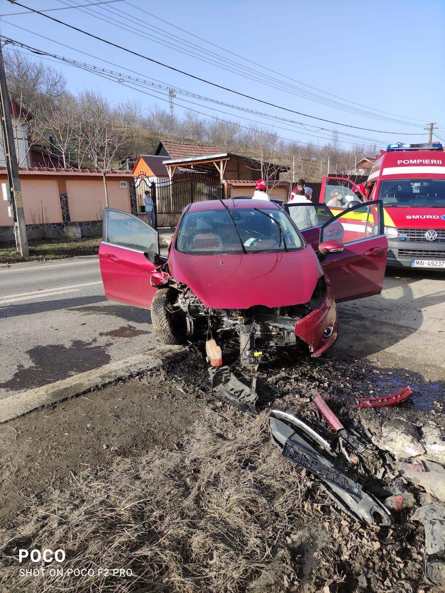 Un bărbat a ieșit cu mașina în afara drumului și s-a oprit într-un cap de pod. Ar fi adormit la volan