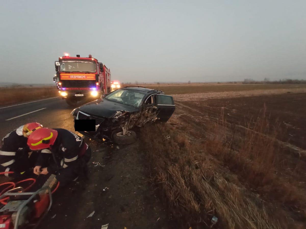 Coliziune frontală între un TIR și un autoturism. Un șofer a fost dus la spital cu dureri în piept
