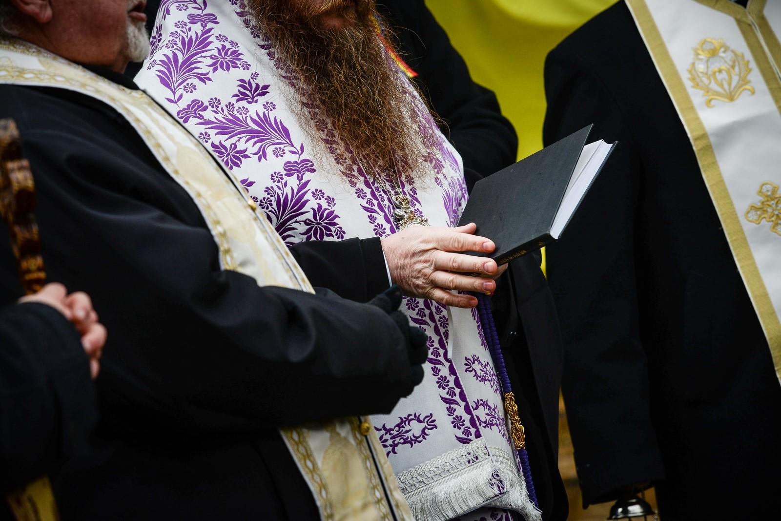 Decizie în BOR: Botezul nu se schimbă, copilul trebuie scufundat de trei ori, dar preoții se vor informa mult mai bine înainte