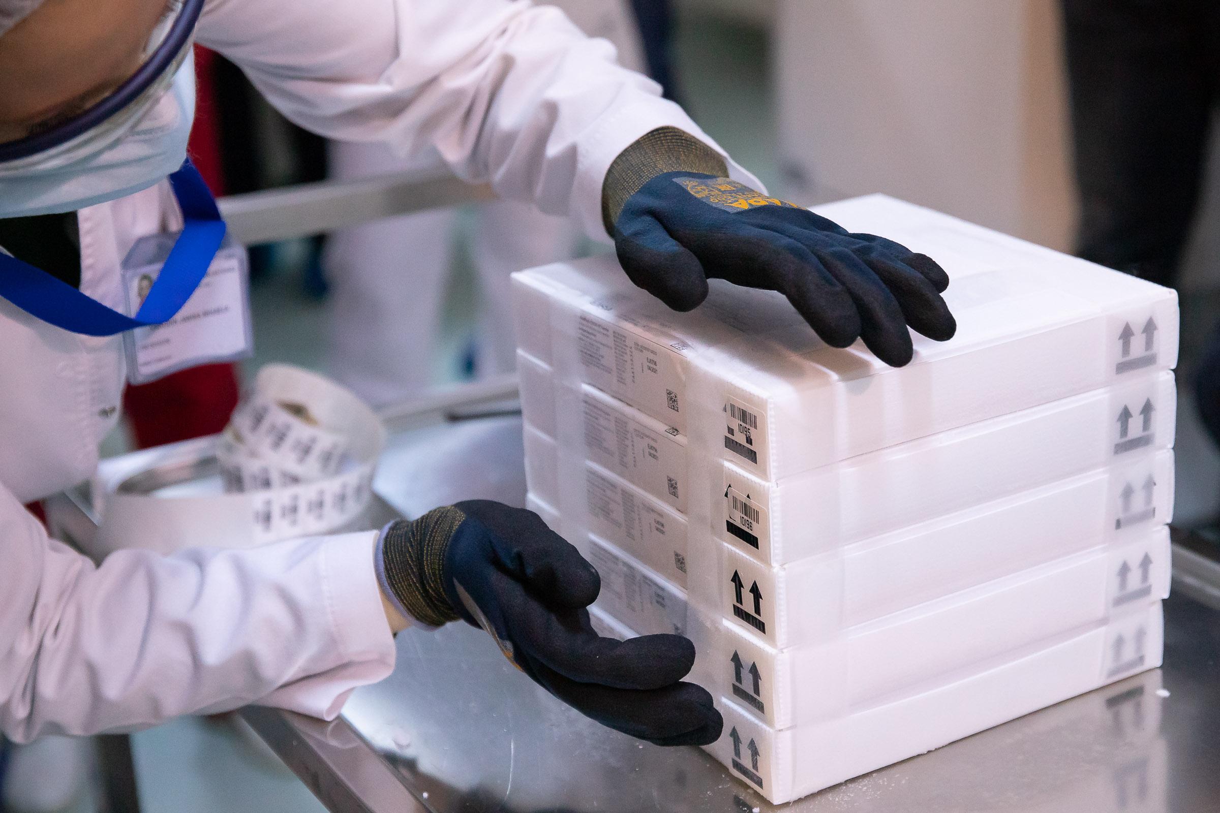 Mâine ajung în țară peste 200.000 de doze de vaccin Pfizer