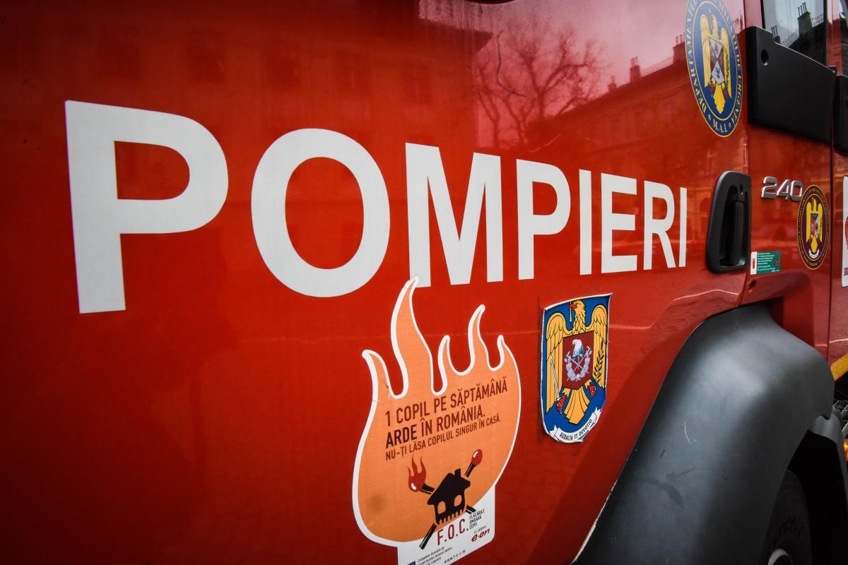 Incendiu într-o casă din Ocna Sibiului, din cauza jarului căzut din sobă. O tânără însărcinată a suferit un atac de panică