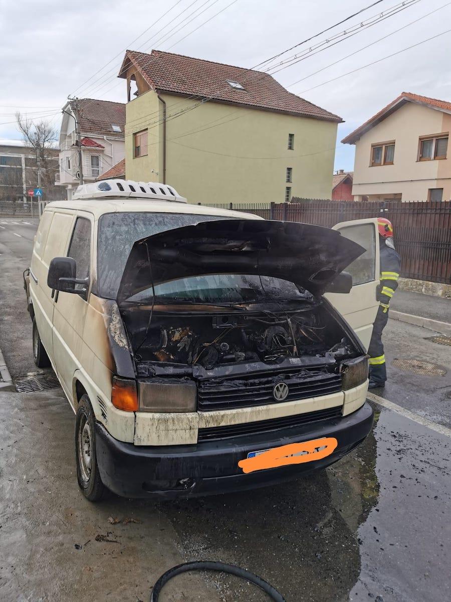 Un microbuz de transport marfă a luat foc, pe o stradă din Sibiu
