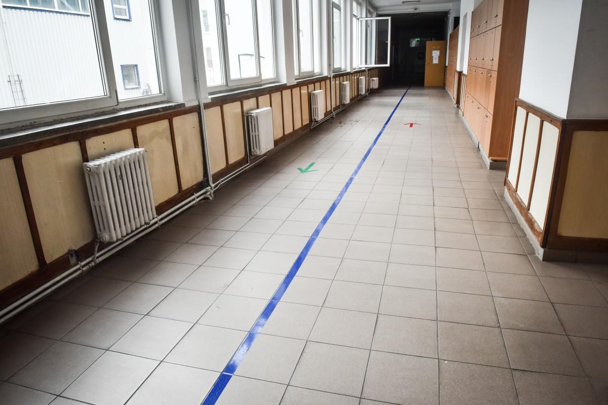 Şcolile vor trebui să aibă circuite de deplasare. Spațiul va fi organizat pentru a asigura distanţa maxim posibilă între elevi