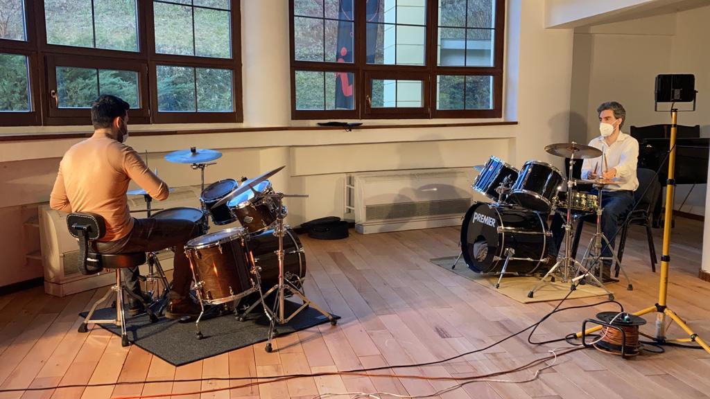 FOTO/VIDEO Medicii sibieni învață gratuit să cânte la tobe, în Sala Thalia