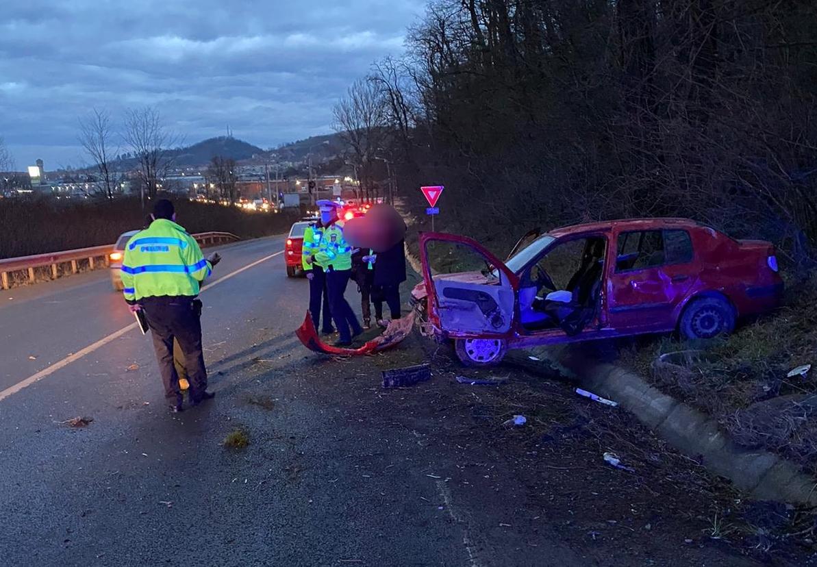 Un șofer de 22 de ani a ieșit cu mașina în decor, din cauza vitezei excesive