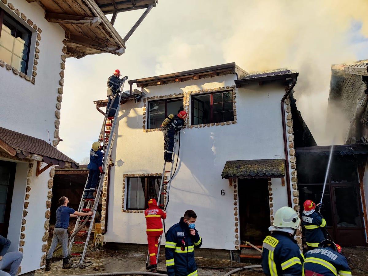 Incendiu la un complex turistic de pe Valea Avrigului. Turiștii s-au autoevacuat