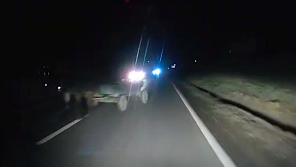 VIDEO-Cum reacționezi noaptea, la 80 km/h, când îți apare în față o căruță nesemnalizată