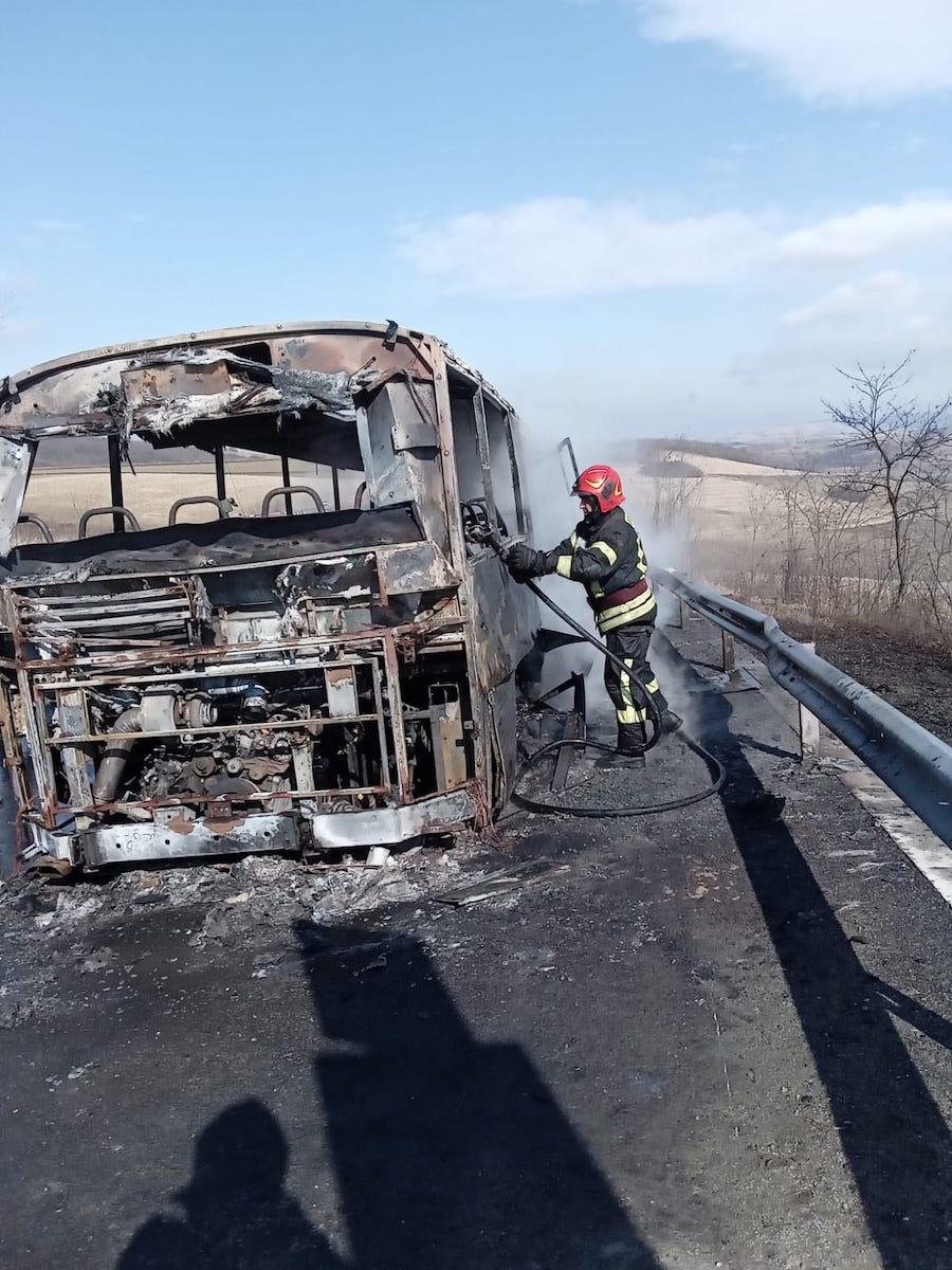 Incendiu la un autobuz care transporta 30 de persoane. A ars în totalitate