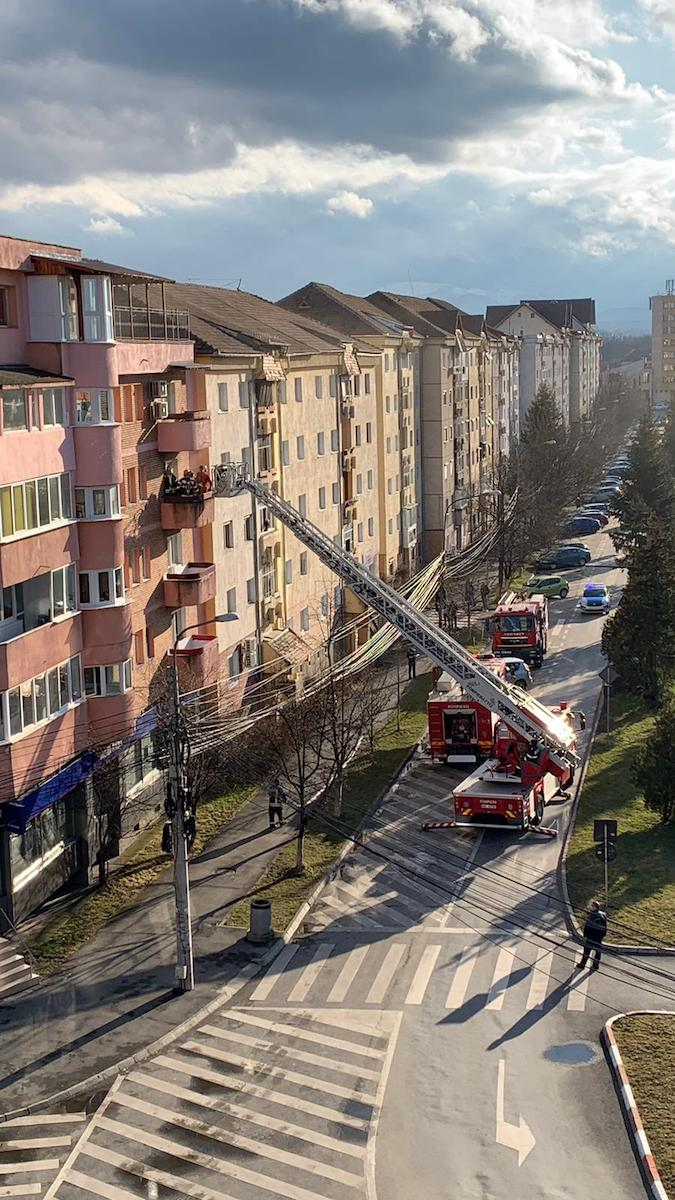Incendiu într-un apartament de pe Școala de Înot. Două persoane au fost intoxicate cu fum