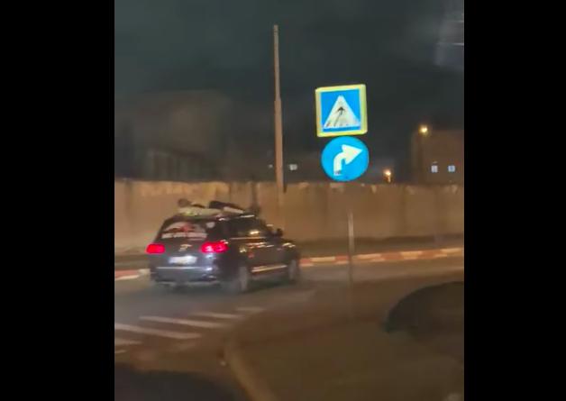 VIDEO-Polițiștii sibieni s-au autosesizat în cazul persoanei filmată pe mașină, în Sibiu