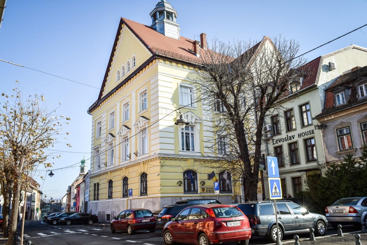 """Anul 2021. Consiliul Județean Sibiu anunță că de acum """"se poate plăti cu cardul"""""""