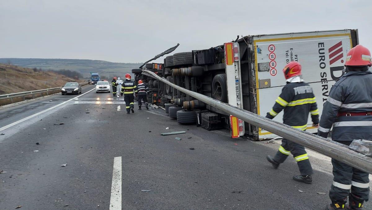 TIR răsturnat pe autostrada A1, în zona Săliște. Încurcă circulația pe ambele sensuri