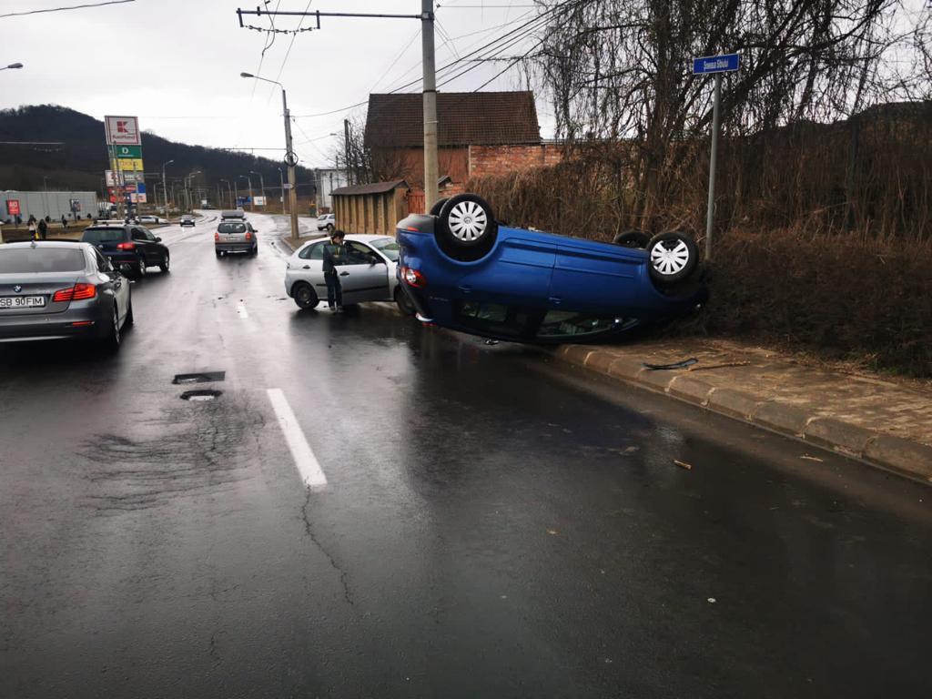 Mașină răsturnată la ieșirea din Mediaș. O tânără a fost transportată la spital