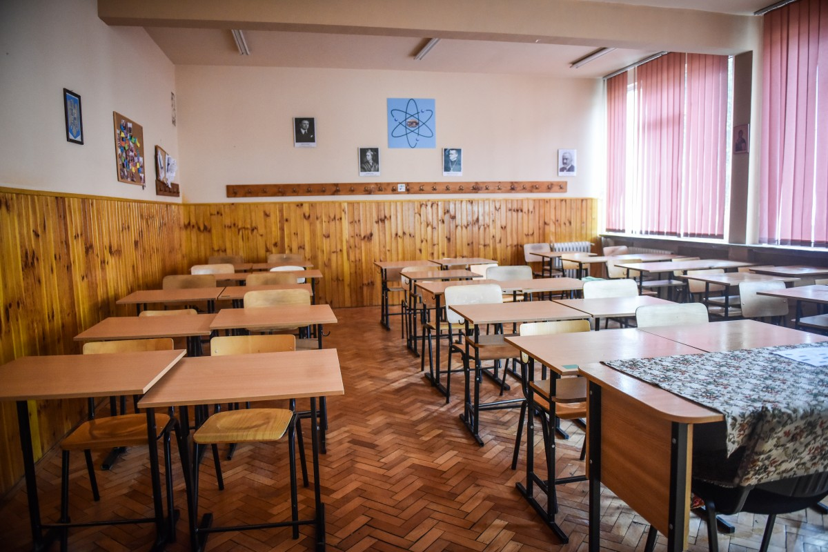 Șapte noi cazuri de Covid în școli. 140 de elevi trec în online