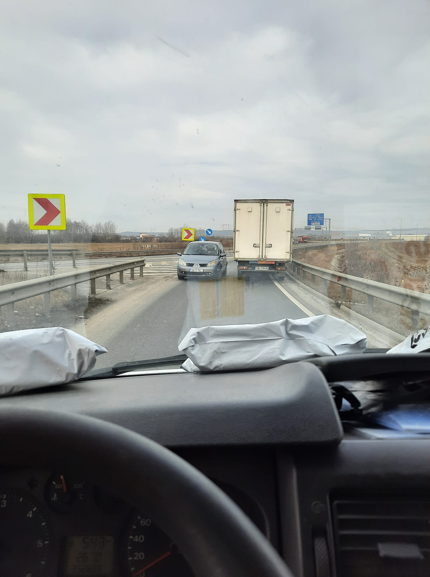 Șofer întors din drum de alți participanți la trafic, în timp ce încerca să intre pe contrasens pe centura Sibiului