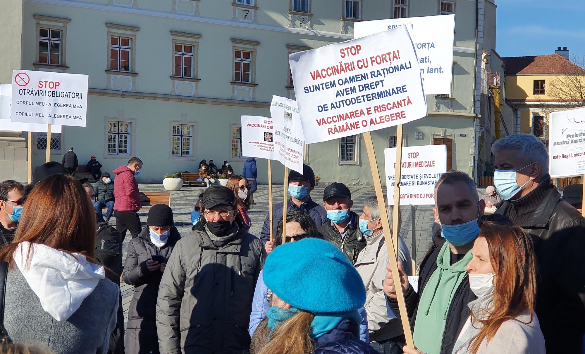 VIDEO 200 de sibieni la protestul împotriva vaccinării forțate. Între cei sătui de Covid-19 și cei care au citit legea