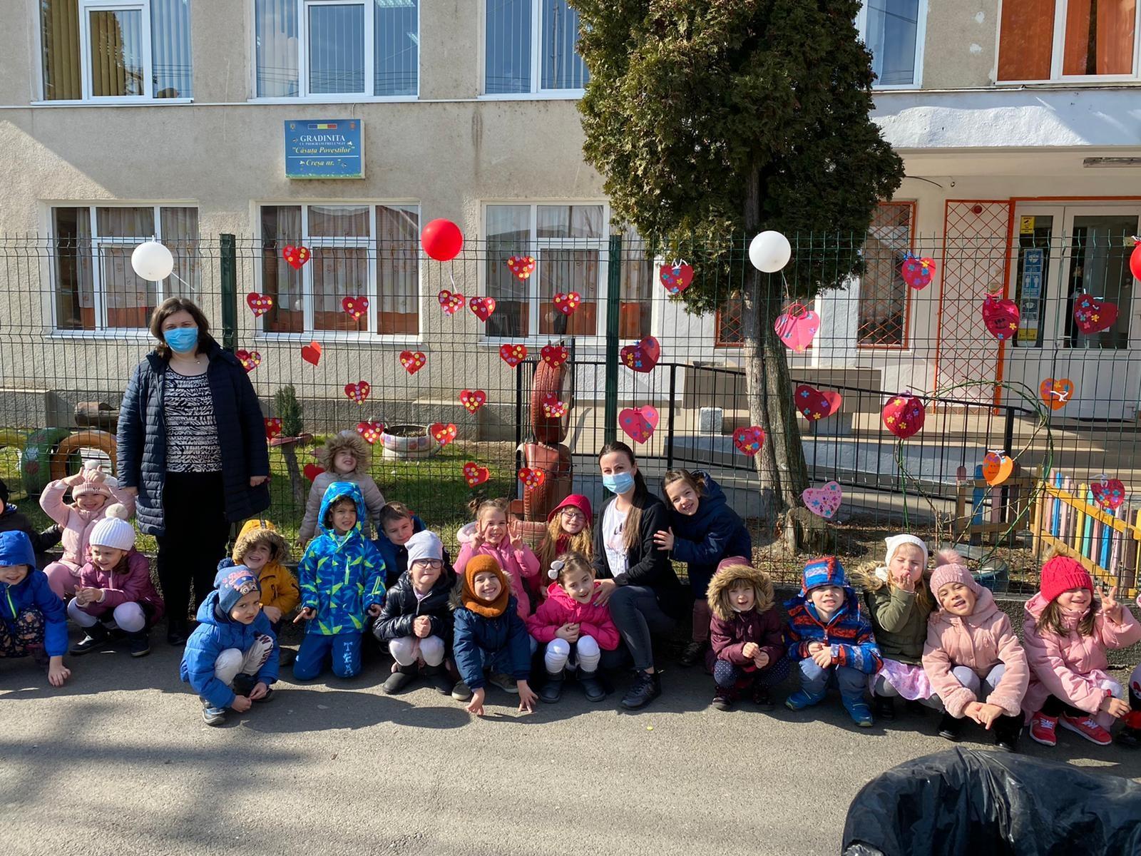 Expoziție de mesaje și inimi dedicate mamei pe gardul unei grădinițe din Sibiu