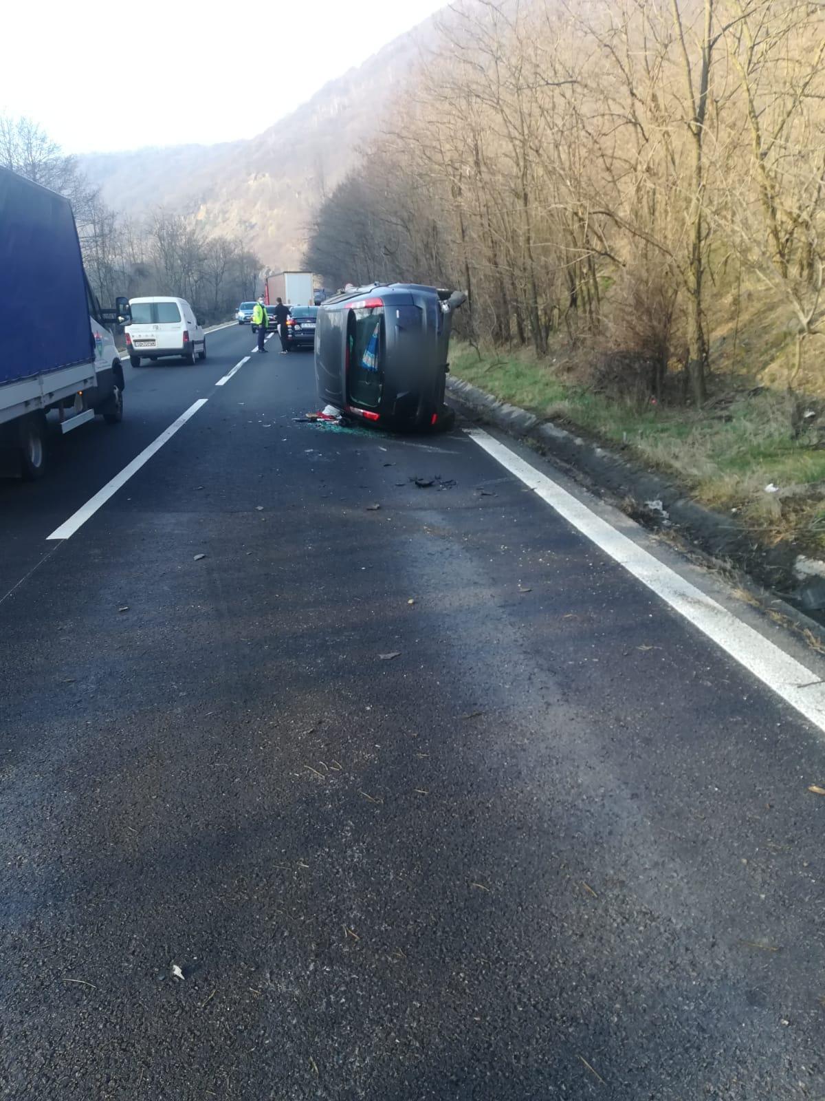 Mașină răsturnată la Câineni. Traficul este îngreunat pe Valea Oltului
