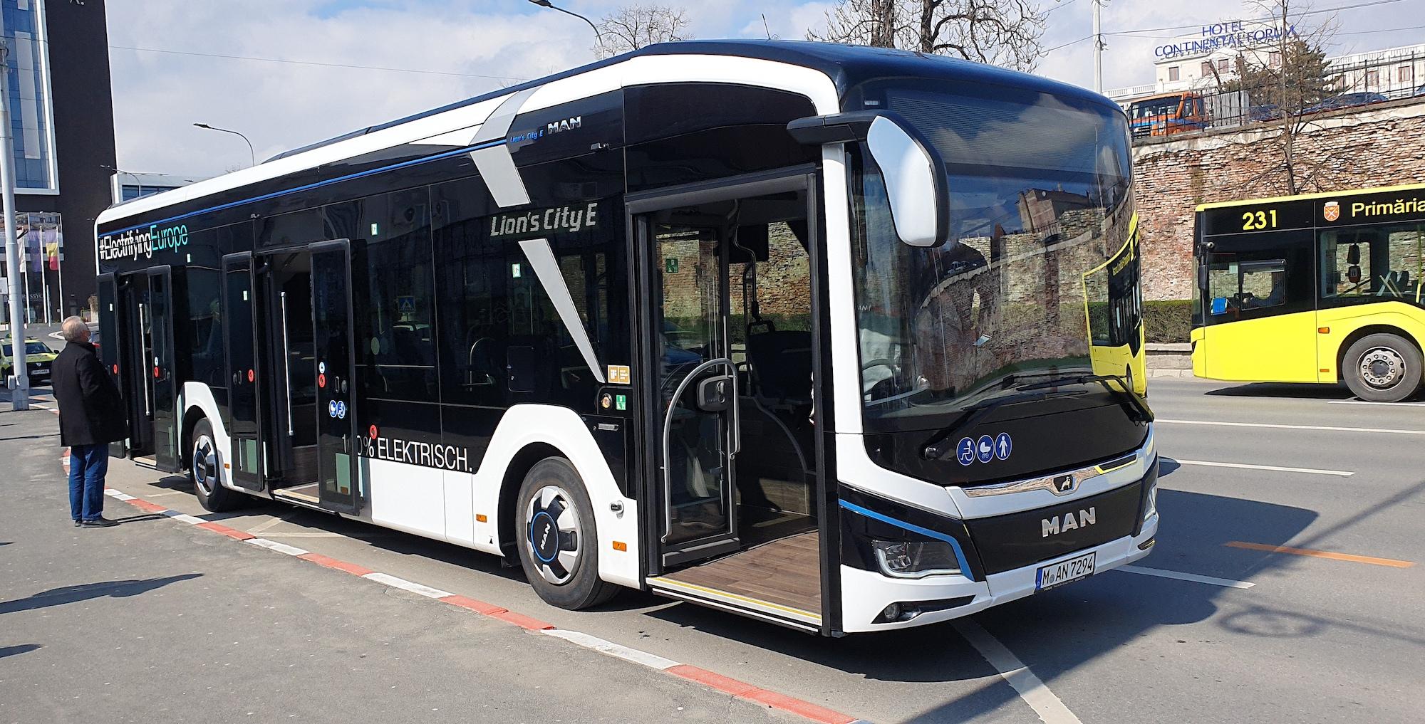 """VIDEO Cu autobuzul electric prin Sibiu: """"în 21 de km am consumat 28 de kWh și am recuperat zece"""""""