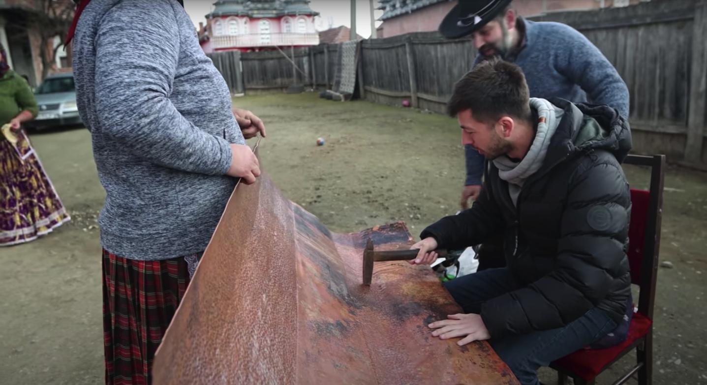 """VIDEO Celebrul vlogger Mircea Bravo, acasă la un rom meșteșugar din județul Sibiu: """"La patru ani am pus prima data mâna pe ciocan"""""""