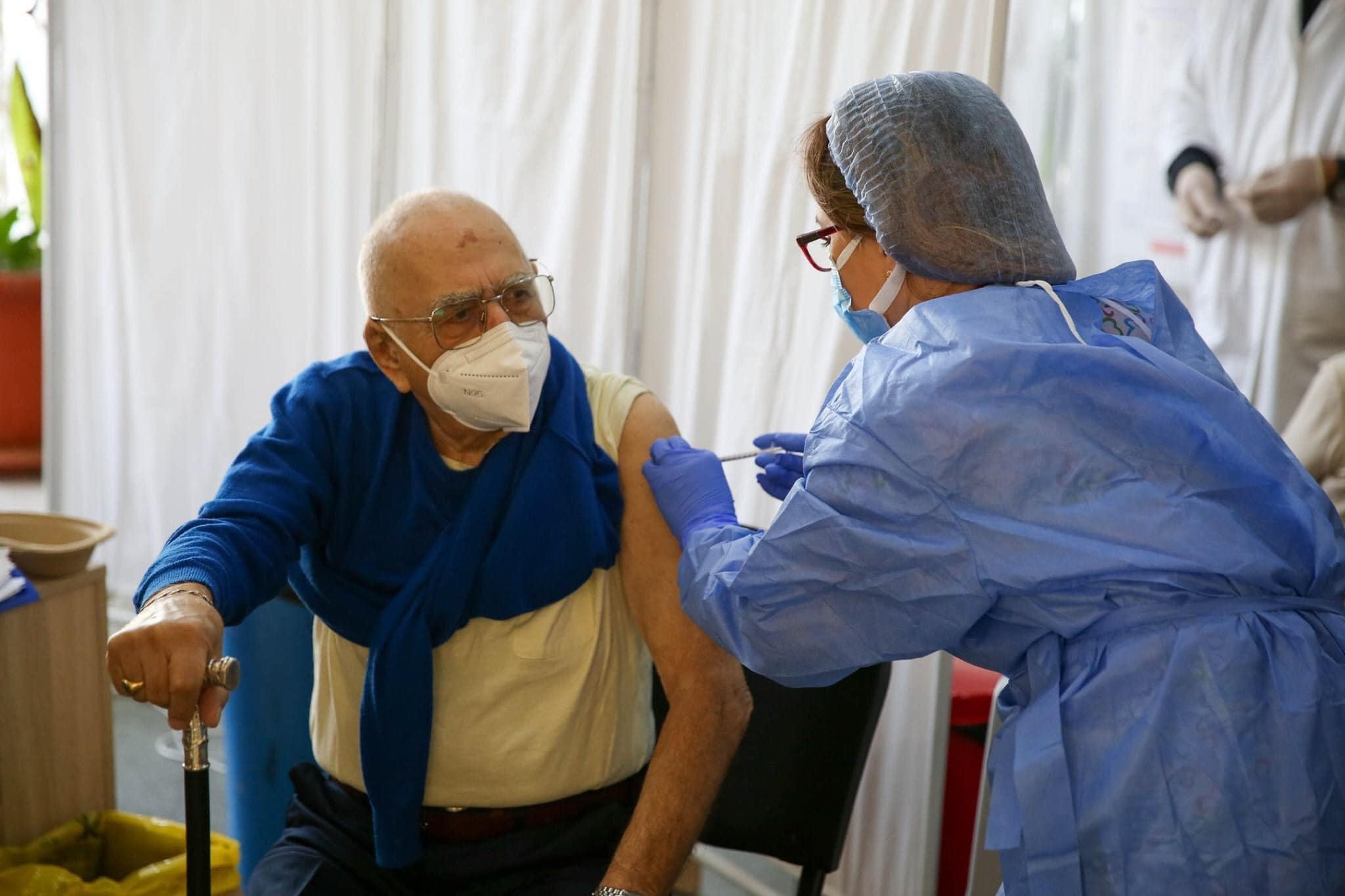 Studiu: vârstnicii prezintă niveluri similare de anticorpi după inocularea cu prima doză a vaccinurilor AstraZeneca şi Pfizer