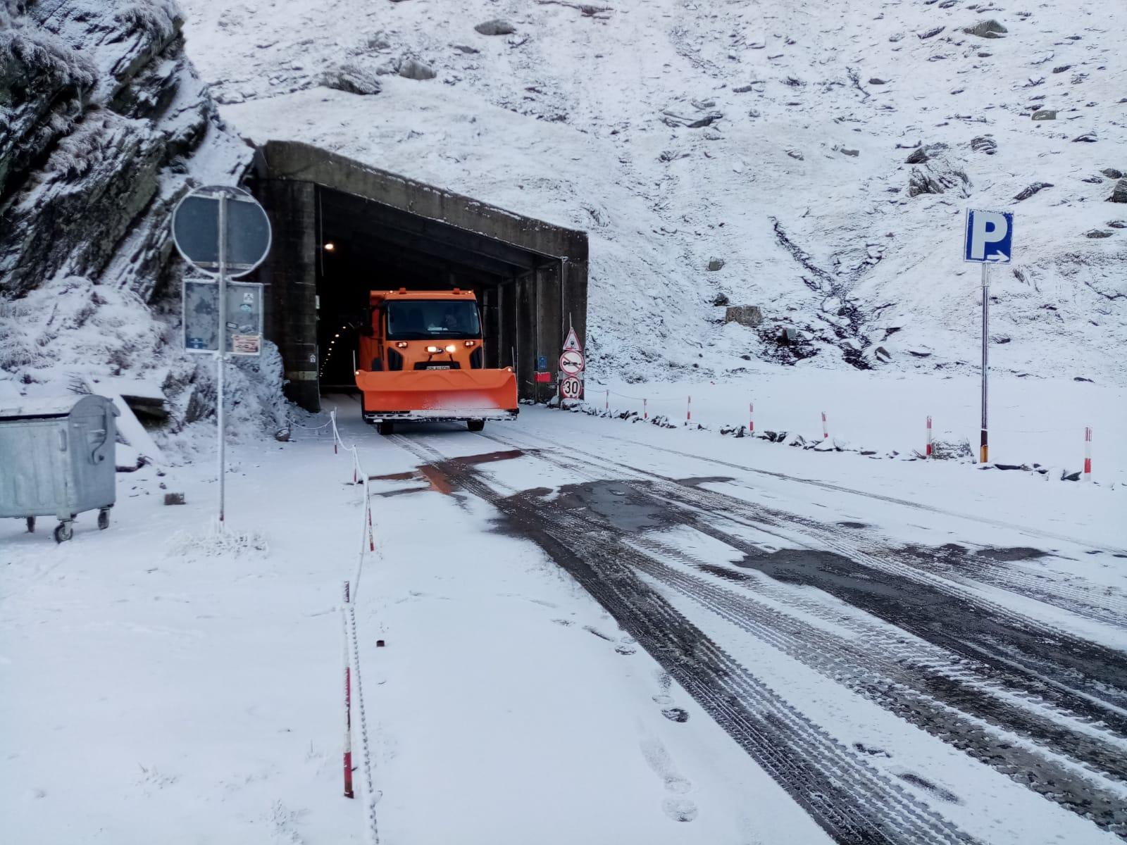 Transfăgărășanul este acoperit de zăpadă. Se deszăpezește până la Bâlea Cascadă