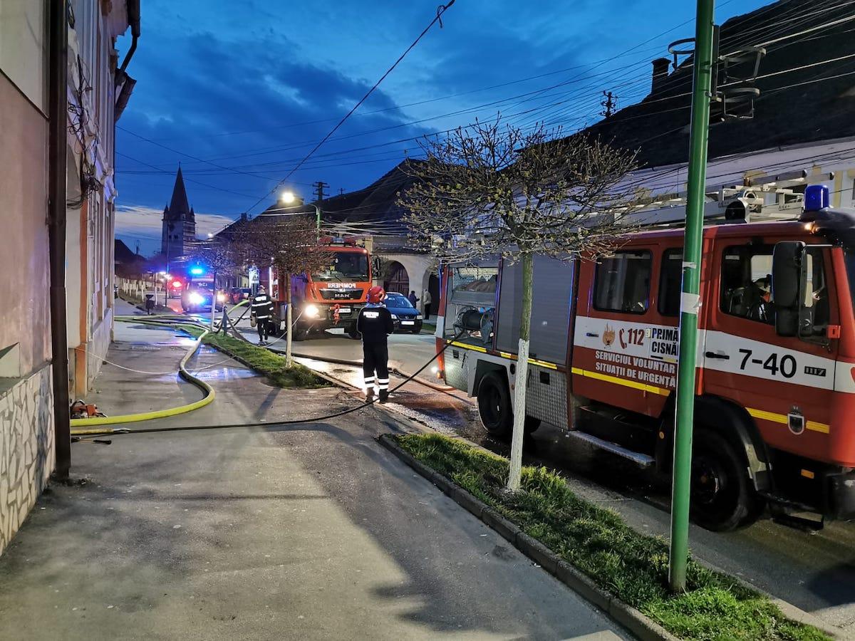 Incendiu la acoperișul unei case din Cisnădie. Un bărbat s-a intoxicat cu fum