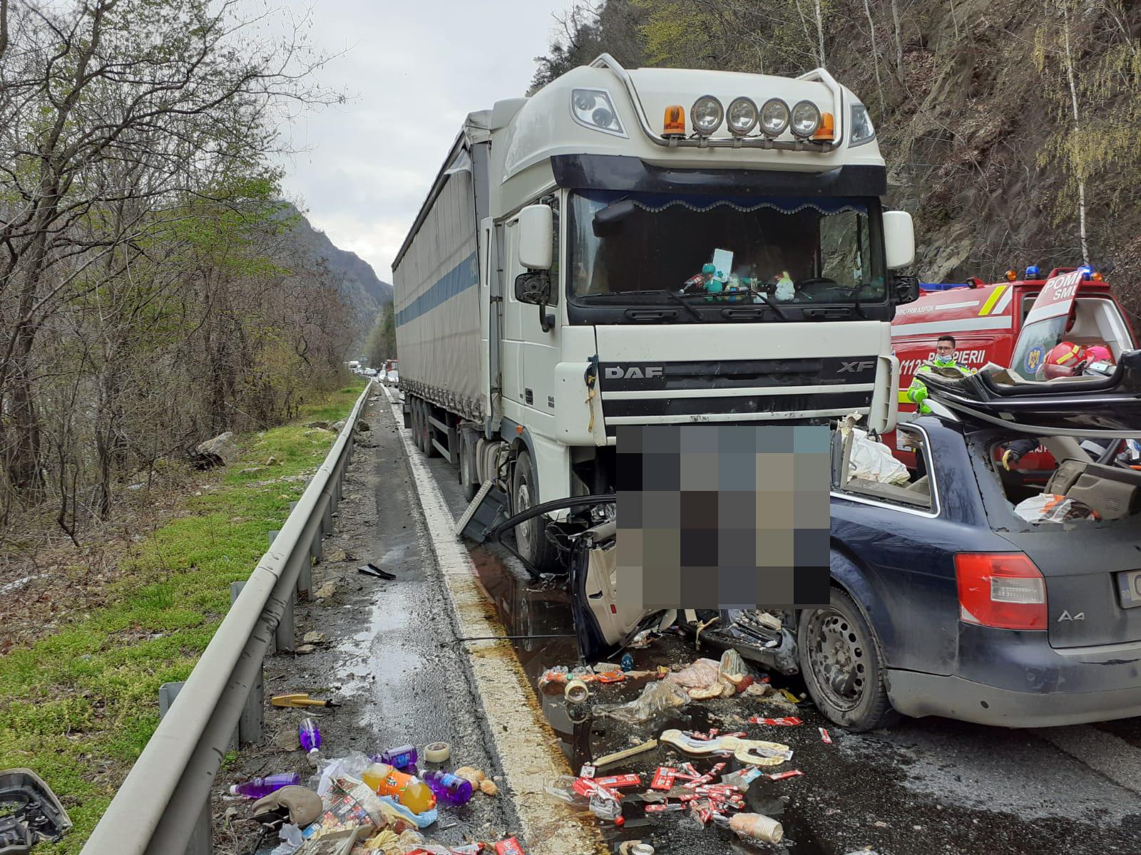 FOTO Doi morți într-un accident grav pe Valea Oltului