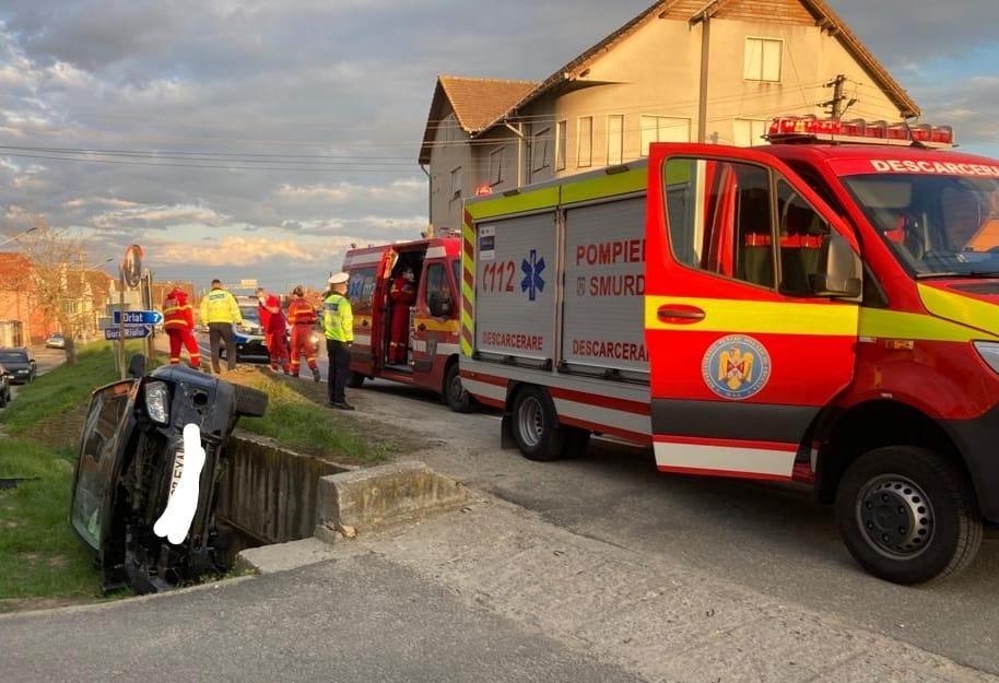 Șofer beat transportat la spital, după ce s-a răsturnat cu mașina, în Cristian