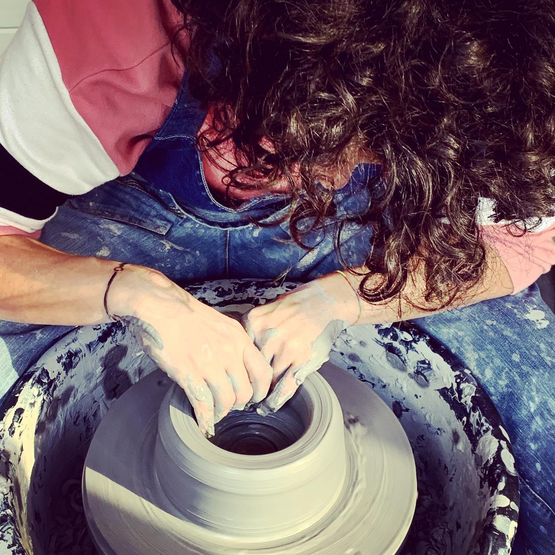 O sibiancă a învățat să folosească roata olarului. Apoi a investit câteva mii de euro și a început să-și vândă creațiile