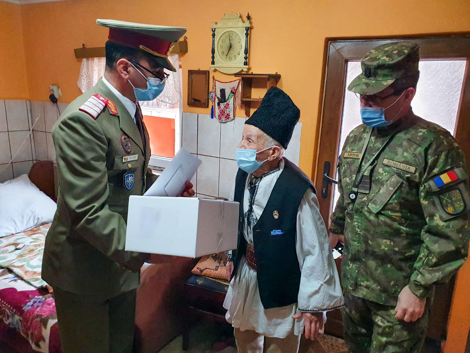 Doi veterani de război ai Sibiului au primit drapelul României de ziua lor