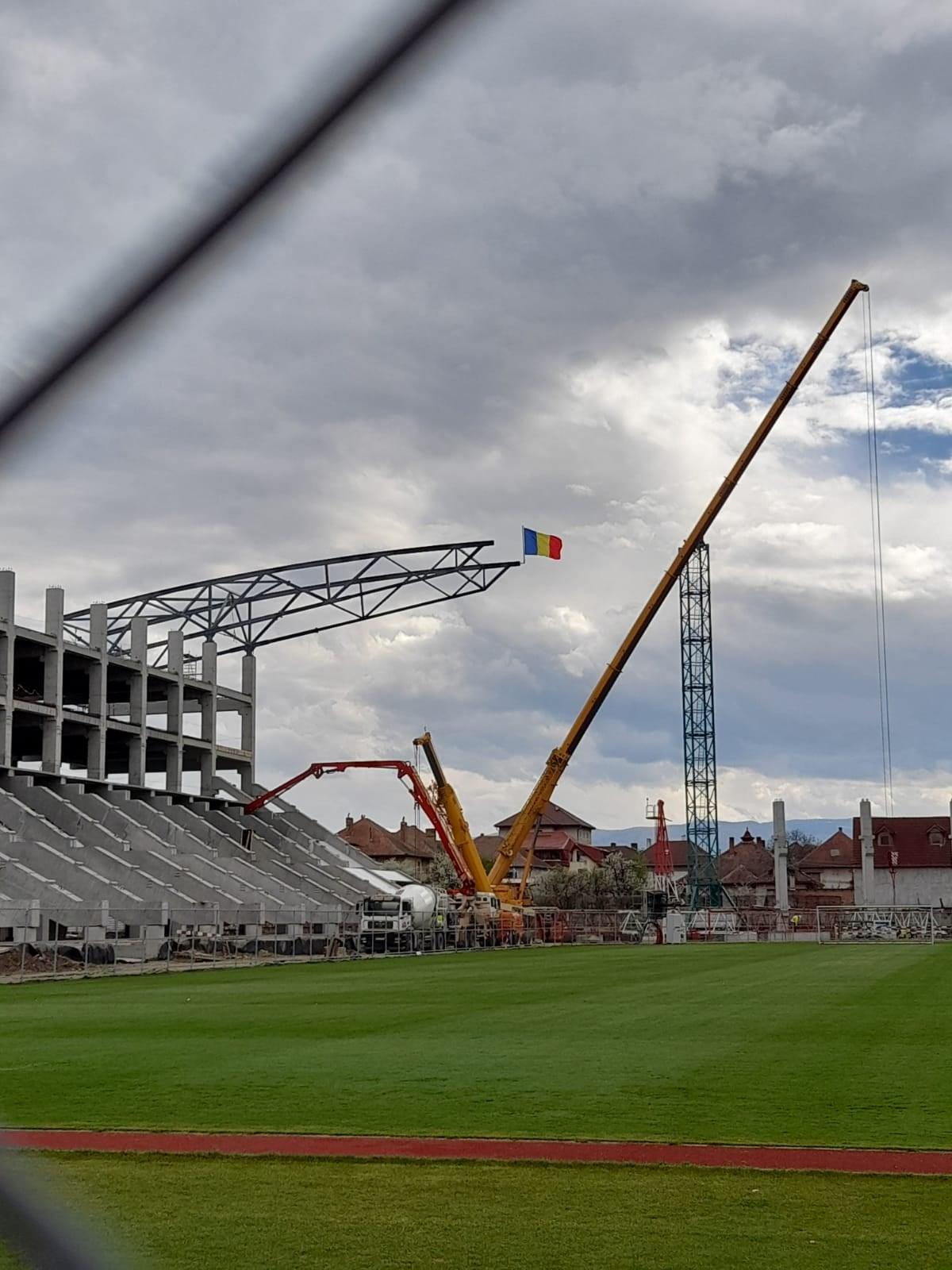 """FOTO: Tricolorul, înălțat pe noua tribună a Stadionului Municipal. """"Suntem mândri!"""""""