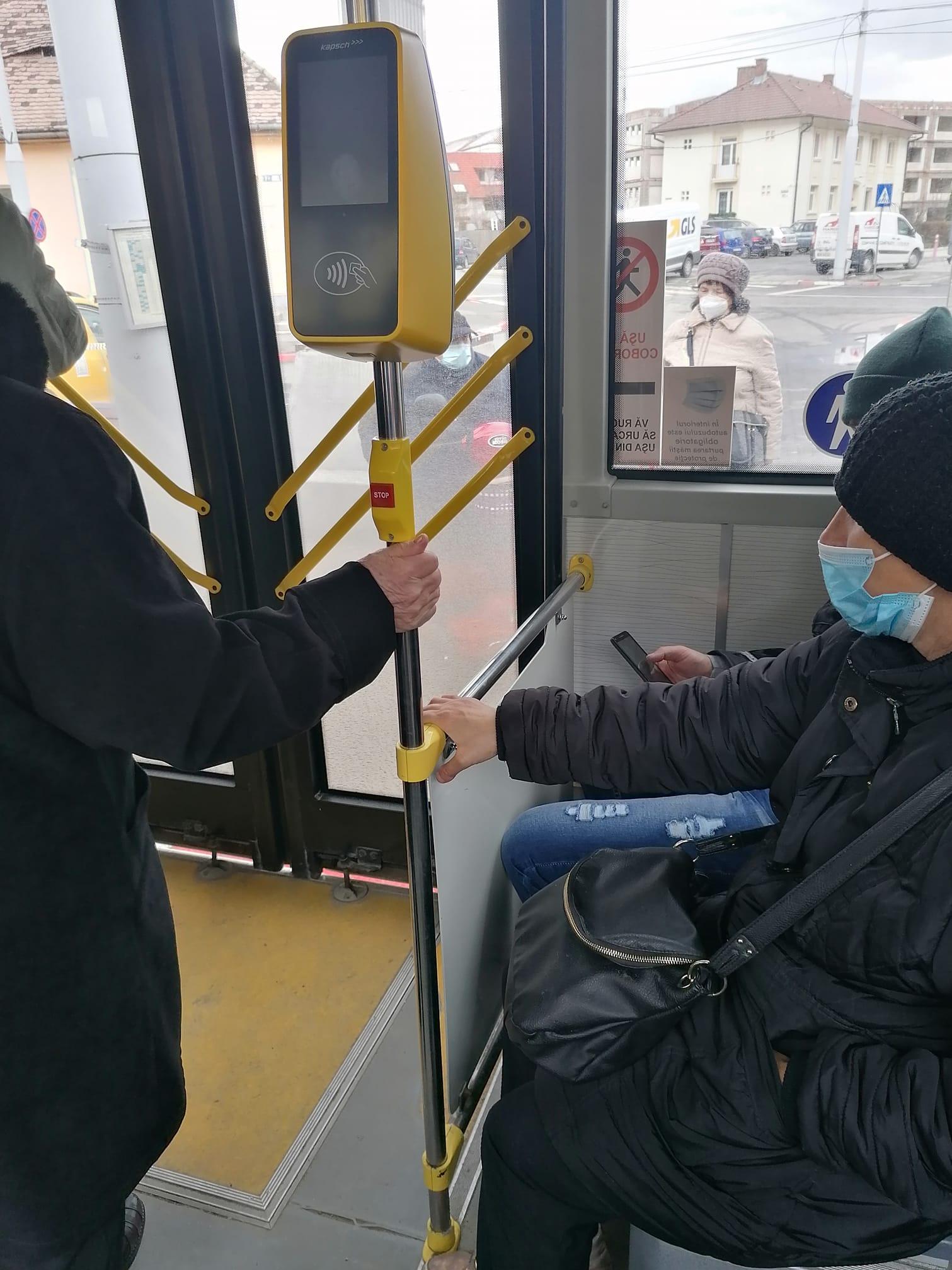 """""""Avem plăți contactless în autobuze, dar nu merge rampa pentru persoanele cu dizabilități"""". Tursib își cere scuze călătorului lăsat în stație"""