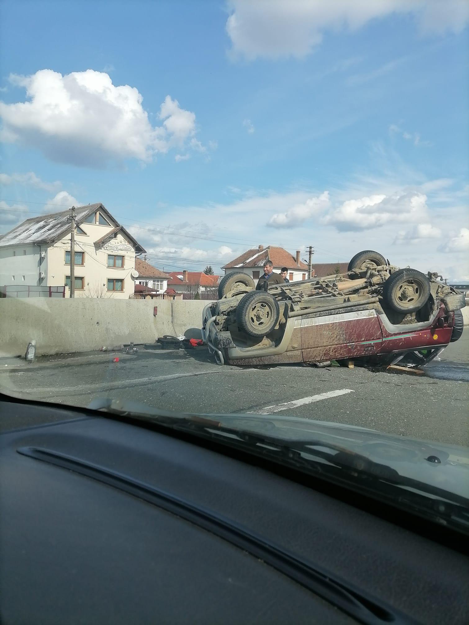 O mașină s-a răsturnat pe DN1, în Șelimbăr