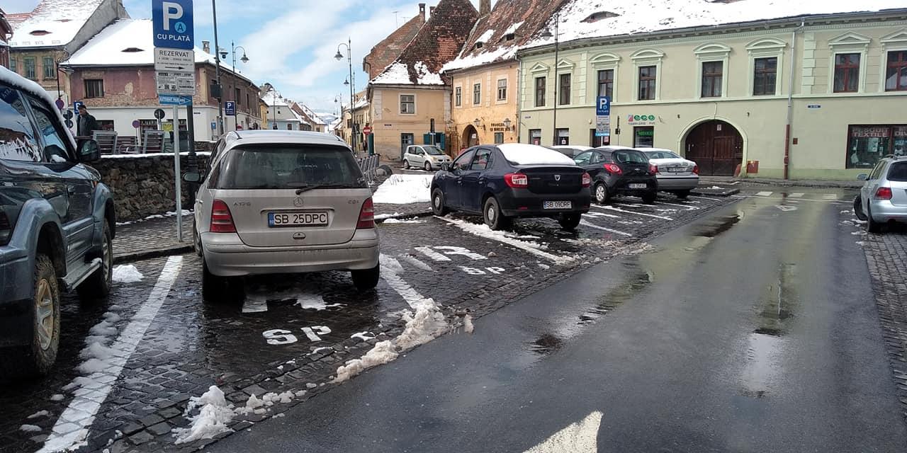 FOTO – Cele mai bune locuri de parcare de pe strada 9 Mai, rezervate mașinilor Primăriei