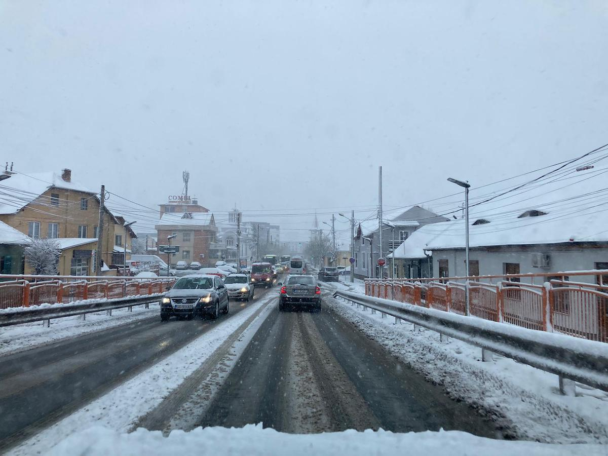 VIDEO - Zăpadă în aprilie. Cum s-a circulat în Sibiu de dimineață