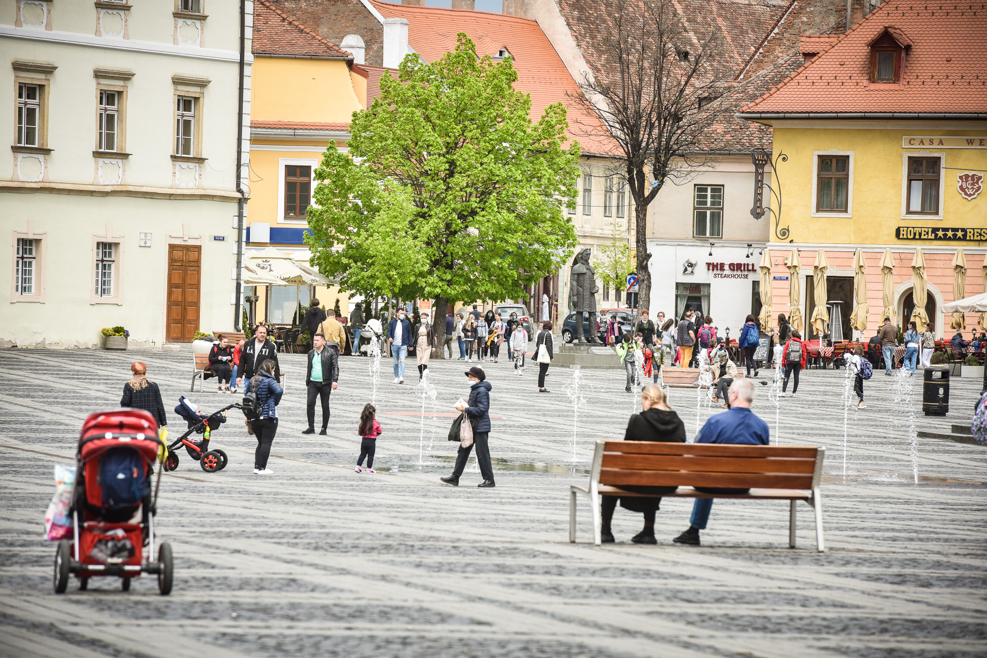 """Coronavirusul a intrat în Sibiu în """"scenariul de vară"""". Media cazurilor din luna mai e ca în august 2020"""