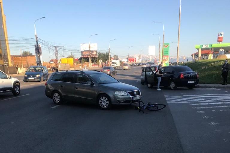 Biciclist lovit de mașină, la ieșirea din Sibiu spre Șelimbăr. O șoferiță nu a acordat prioritate