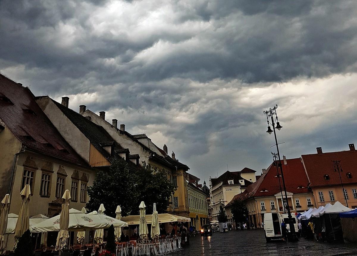 Meteorologii anunță două zile cu ploi torențiale și chiar grindină